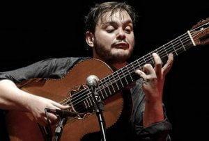 Le phénomène brésilien de la guitare sept cordes Yamandú Costa sur les divers styles qu'il joue, ses influences, nous explique la guitare sept cordes, et plus.